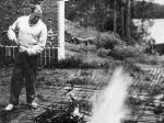 Aalto cuidando del fuego.
